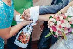 Gleichheit, Krawatte und Kristallschmucksachen Erstes Treffen der Braut und des Bräutigams Stockfoto