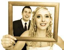 Gleichheit, Krawatte und Kristallschmucksachen Portrait der glücklichen Braut und des Bräutigams Lizenzfreies Stockfoto