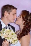 Gleichheit, Krawatte und Kristallschmucksachen Reizend Braut und Bräutigam küssen und umarmen sich Stockfotografie