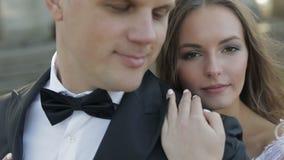 Gleichheit, Krawatte und Kristallschmucksachen Reizender Bräutigam und Braut Glückliche Familie Mann und Frau in der Liebe Glückl stock video footage