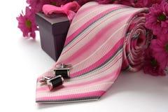 Gleichheits- und Manschettenlinks mit Blumen über Weiß Stockfoto