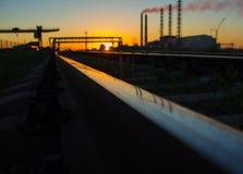 Gleis Anlage fabrik Schöner Sonnenuntergang stockfotografie