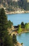 Gleis auf Rand des Sees Stockbilder