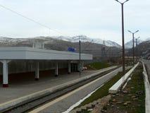 Gleis und Berge stockfotos