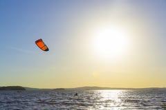 Gleiten durch die Wellen mit einem Fallschirm stockfoto