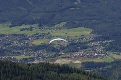 Gleitschirm über österreichischen Alpen lizenzfreie stockfotos