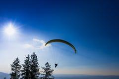 Gleitschirm über der Zug-Stadt, dem Zugersee und den Schweizer Alpen Lizenzfreies Stockfoto
