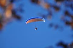 Gleitschirm auf blauem Himmel Lizenzfreies Stockbild