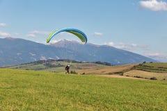Gleitschirm beginnt Flug vom Hügel in Liptovsky Trnovec, Slowakei Lizenzfreie Stockfotografie