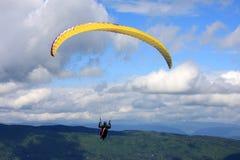 Gleitschirm in den Alpen Lizenzfreie Stockfotos