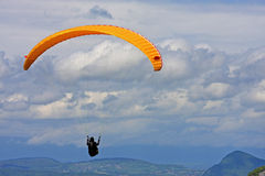 Gleitschirm in den Alpen Stockfotografie