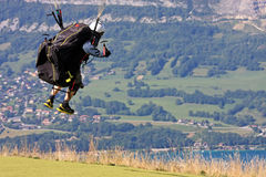 Gleitschirm in den Alpen Stockbild