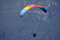 Gleitschirm in den Alpen Stockfotos