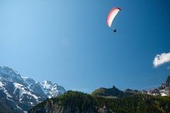 Gleitschirm in den Schweizer Alpen Stockbilder
