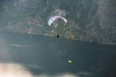 Gleitschirm, der über Aurlandfjord, Norwegen fliegt lizenzfreies stockbild