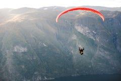 Gleitschirm, der über Aurlandfjord, Norwegen fliegt stockfotografie