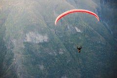 Gleitschirm, der über Aurlandfjord, Norwegen fliegt stockbild
