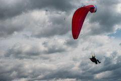 Gleitschirm, der über bewölkten Himmel fliegt lizenzfreie stockfotografie
