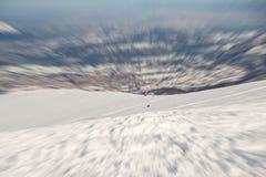 Gleitschirm, der über die Alpen fliegt Stockbild