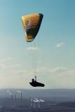 Gleitschirm, der über Kraftwerk bei Sonnenuntergang fliegt Lizenzfreies Stockbild