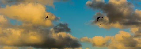 Gleitschirm in der Luft Stockfotos