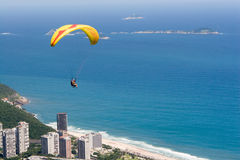 Gleitschirm fliegt über Rio Stockbild