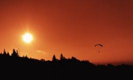 Gleitschirm am Sonnenuntergang Lizenzfreies Stockbild