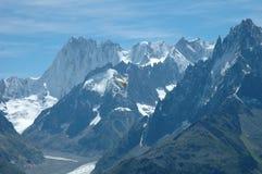 Gleitschirm und Spitzen nahe gelegenes Chamonix in den Alpen in Frankreich Lizenzfreies Stockbild