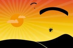 Gleitschirme am Sonnenuntergang Stockfoto