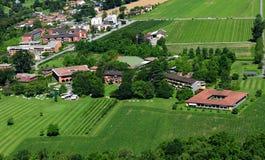 Gleitschirmfliegen über Delta und dem Nobel-Hotel Castel Lago Maggiore stockfoto