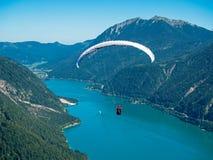 Gleitschirmfliegen über dem Achensee in Tirol Lizenzfreie Stockfotografie