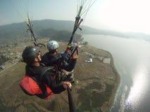 Gleitschirmfliegen über fewa See Stockbild