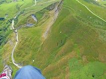 Gleitschirmfliegen über Mam-Felsen stockfotografie