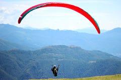 Gleitschirmfliegen über Schweizer Alpes stockbild
