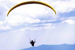 Gleitschirmfliegen stockfoto