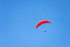 Gleitschirmfliegen auf blauem Himmel Stockfotografie