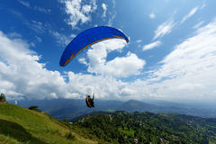 Gleitschirmfliegen auf dem Berg Sarangkot in Pokhara Stockfotos