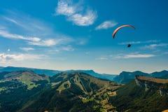 Gleitschirmfliegen auf dem Himmel Lizenzfreies Stockbild