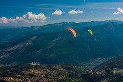 Gleitschirmfliegen auf dem Himmel Lizenzfreie Stockfotos