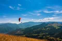 Gleitschirmfliegen auf dem Himmel Stockfotos