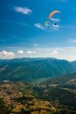 Gleitschirmfliegen auf dem Himmel Lizenzfreies Stockfoto