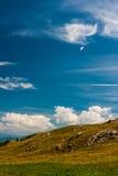 Gleitschirmfliegen auf dem Himmel Lizenzfreie Stockfotografie