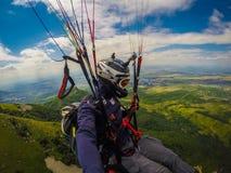 Gleitschirmfliegen auf Kaukasus Lizenzfreie Stockfotografie