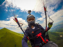 Gleitschirmfliegen auf Kaukasus Lizenzfreie Stockbilder