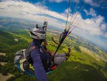 Gleitschirmfliegen auf Kaukasus Stockbild