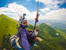 Gleitschirmfliegen auf Kaukasus Lizenzfreies Stockbild