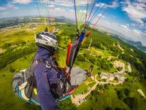 Gleitschirmfliegen auf Kaukasus Stockfotos