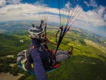 Gleitschirmfliegen auf Kaukasus Lizenzfreies Stockfoto