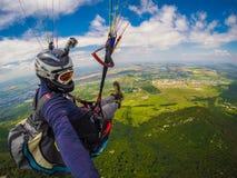 Gleitschirmfliegen auf Kaukasus Lizenzfreie Stockfotos