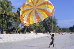 Gleitschirmfliegen auf Strand Lizenzfreies Stockfoto